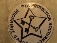 Plaque émaillée - la protection nocturne - clefs sécurité. email laborde paris.