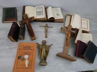 Lot bibles, missels, nouveau testament christs et objets de dévotion.