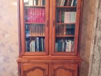 Bibliothèque de salon en bel état