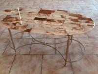 Table basse dessus marbre.