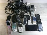 Lot téléphones mobiles portables chargeurs et cables.