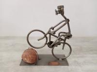 figurine statuette cycliste VTT vélo métal boulons écrous. Hina & Kunst caillou.