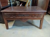 Table basse rustique avec tiroir.